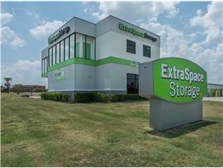 Extra Space Storage facility on 6750 Mandy Ln - Fort Worth, TX