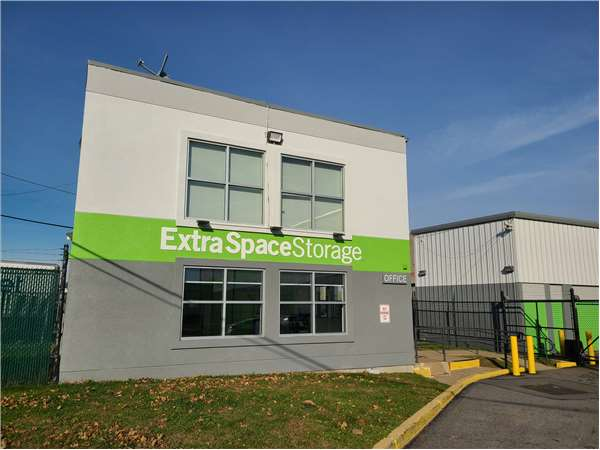 Gentil Entry To Extra Space Storage Facility Near Oakwood Ave In Orange, NJ ...