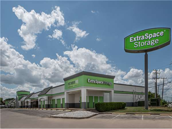 Image of Extra Space Storage Facility on 8378 Culebra Rd in San Antonio, TX