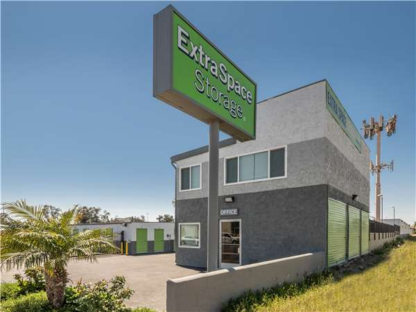 Image of Extra Space Storage Facility on 10192 Linden Ave in Bloomington, CA
