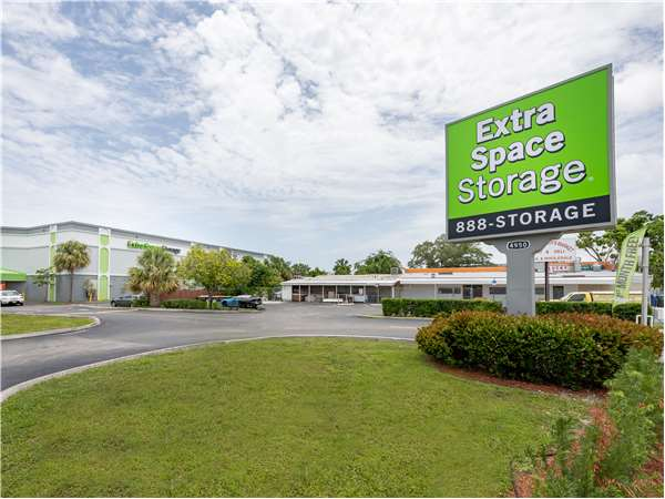 Image of Extra Space Storage Facility on 4950 N Dixie Hwy in Oakland Park, FL