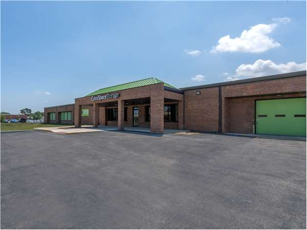 Image of Extra Space Storage Facility on 160 W Industrial Dr in Elmhurst, IL