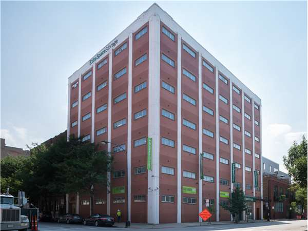 Image of Extra Space Storage Facility on 901 W Adams St in Chicago, IL