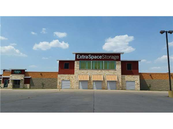 Image Of Extra Space Storage Facility On 2300 Imperial Dr In Irving, TX