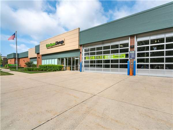 Image of Extra Space Storage Facility on 275 Northfield Rd in Northfield, IL